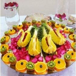 Лебеди из ананасов