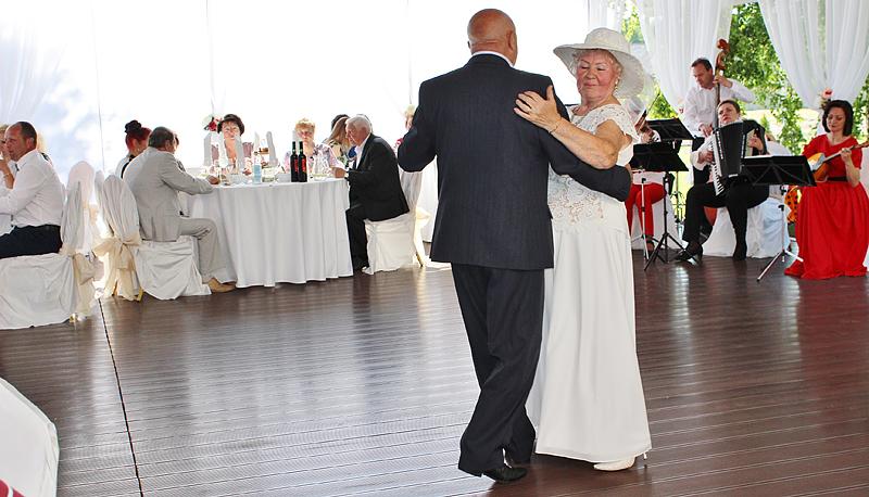 Молодожены танцуют на свадьбе на Villa Condra
